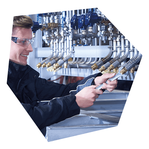 Druckluftmontage eines Technikers in einer Druckluftanlage